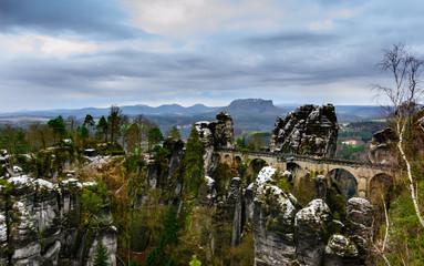 Ausblick auf die Basteibrücke und Lilienstein in der Sächsischen Schweiz