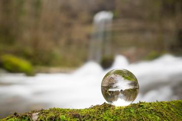 Kristallkugel am Wasserfall