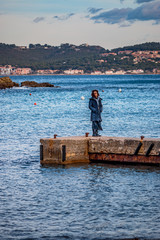 Femme sur la digue de la Anse de Fabrégas à La Seyne-sur-Mer