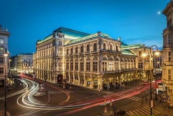 In de dag Wenen Famous State Opera in Vienna Austria at night