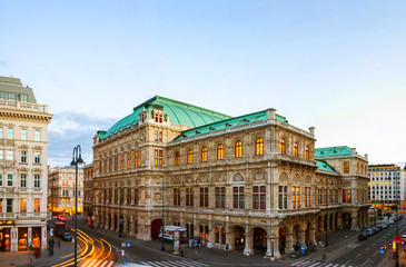Ingelijste posters Theater View of State Opera in Vienna, Austria during the evening
