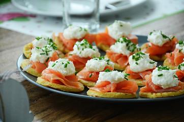 Smoked salmon on small pancakes with horseradish cream