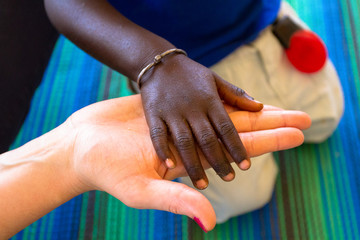 mains noire et blanche