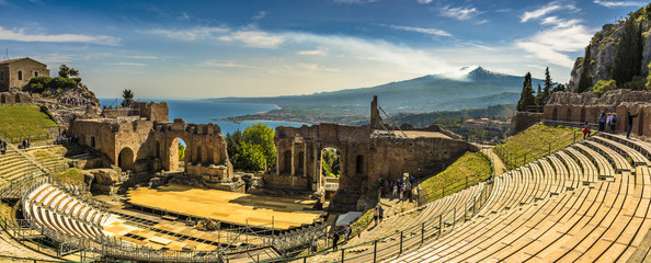 A panoramic view of the Ancient Theatre in Taormina, Sicily and Mount Etna in the distance Fototapete