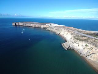 Playa y acantilados de Sagres  (Portugal) localidad de Vila do Bispo en el Algarve situado en el extremo mas al sureste de Europa. Fotografia aerea con Drone