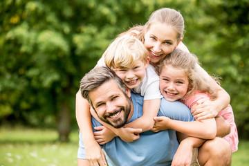 Glückliche Familie in der Natur