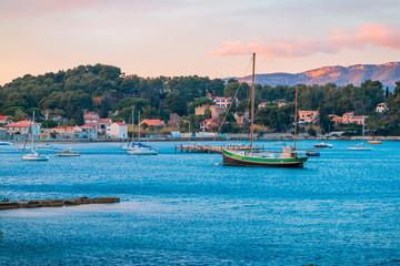 Bateaux dans la rade de Toulon près du Fort Balaguier à La Seyne-sur-Mer
