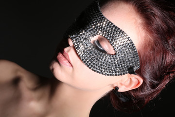 Frau mit Maske hat Augen geschlossen