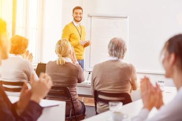 Dozent für Erwachsenenbildung hält Vortrag