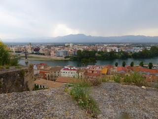Tortosa, ciudad y capital del Bajo Ebro, situada en la provincia de Tarragona, Cataluña. Es sede episcopal y constituye un importante centro agrícola, comercial e industrial