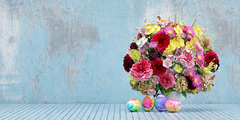 Bunter Blumenstrauß und Ostereier zu Ostern
