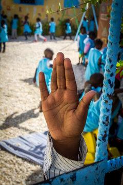 enfant faisant signe bonjour