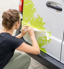 Fahrzeugbeschriftung mit Klebefolie / Autobeschriftung