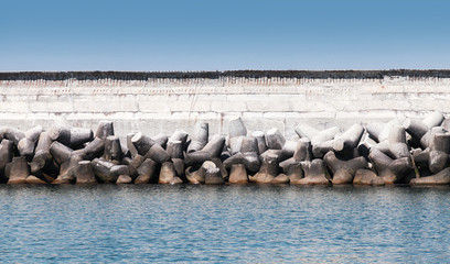 Breakwater wall with rough concrete blocks