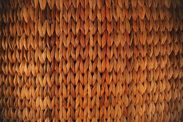 Brauner Korbgeflecht Hintergrund Struktur. braunes Flechtmuster von einem weidenkorb in gelb orange braun
