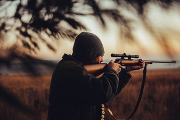 Hunter aims gun