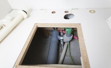 住宅 床下配管 排水管と給湯器の給排水管