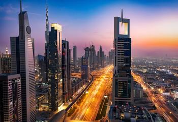 Die Skyline von Downtown Dubai und dem Finanzzentrum nach Sonnenuntergang