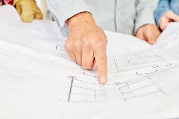 Architekt mit Bauplan findet eine Lösung