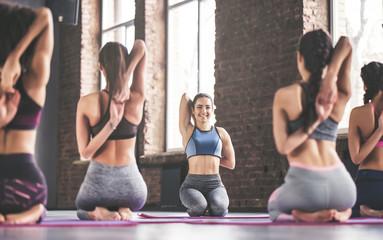 Group yoga training Fototapete
