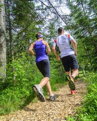 gelenkschonend laufen auf einem Holzhackschnitzelpfad im Wald
