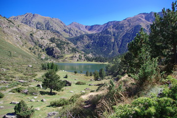 Montagne et lac étang Font Vives de montagne dans les Pyrénées