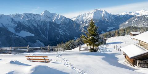 Winterlandschaft in den Alpen mit Schihütten als Panorama