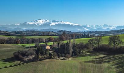 Photo sur Toile Kaki paysage de moyenne montagne