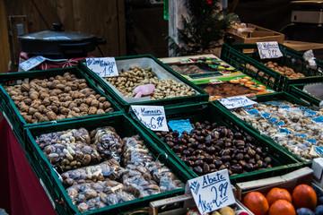Südfrüchte und Nüsse Stand auf Weihnachtsmarkt