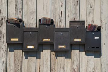 Alte Briefkästen mit Werbesendungen