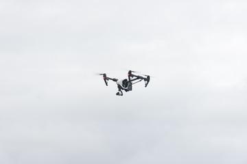 Drone en vuelo sobre cielo nublado