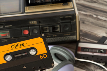Ein alter Kassettenrecorder und eine Kassette mit Oldie Musik