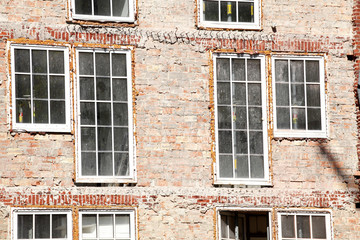 Fenster, altes, verfallenes Haus aus Backstein