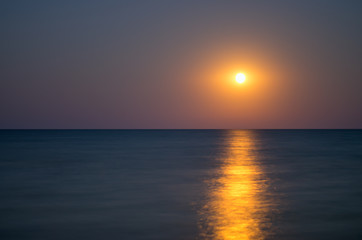 Fotomurais - moon in the night sky, sea horizon, calm, reflection