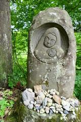 西会津町 福島県 日本。大山祇神社参道の道祖神 親子。7月上旬
