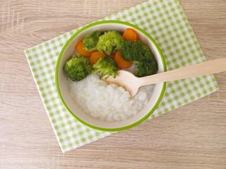 Reis Congee mit Brokkoli und Karotte