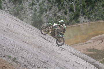 Motocrossfahrer am Steilhang
