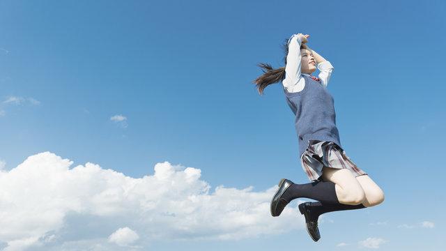 女子高生 ジャンプ 青空