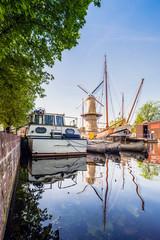 altes Segelschiff und Windmühle in Schiedam, Rotterdam, Holland
