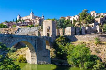 Toledo ist eine alte Stadt auf einem Hügel über dem Flachland von Castilla-La Mancha in der Mitte Spaniens.
