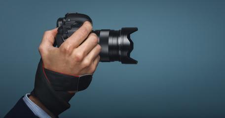 Hand mit DSL Kamera