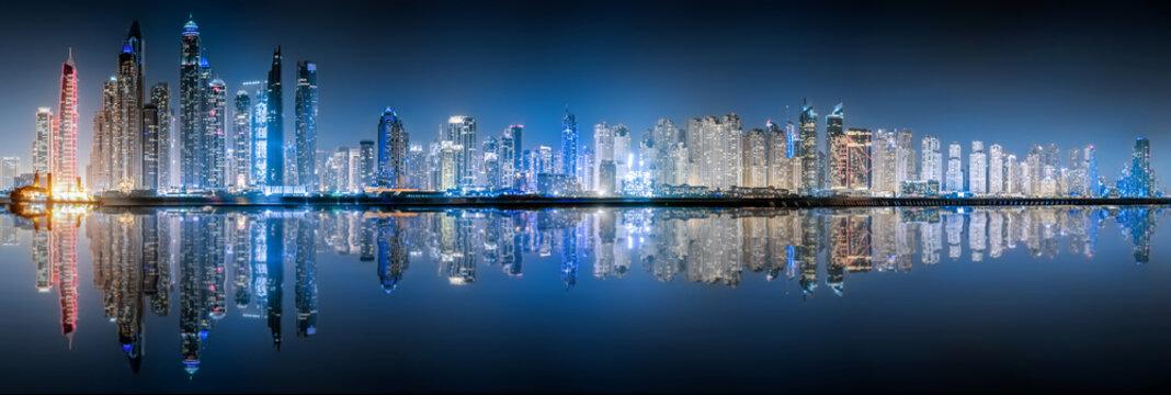 Die beleuchtete Skyline der Dubai Marina bei Nacht