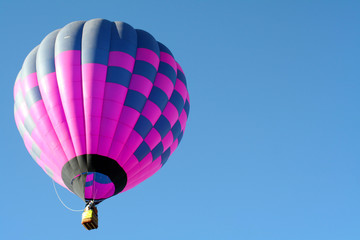 Poster Montgolfière / Dirigeable blue and pink hot air balloon in an open blue sky in Albuquerque
