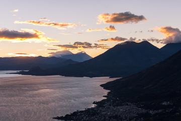 Lever du soleil sur le lac Atitlán, Guatemala