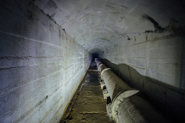 Sewer tunnel with drainage pipeline for flowing sewage