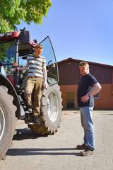 Landwirtschaft - Landwirt mit seinem Sohn, Generationswechsel auf dem Hof