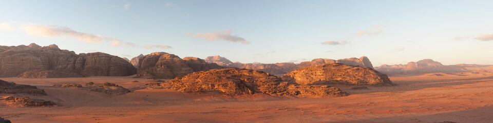 Photo sur Plexiglas Secheresse panoramic view of wadi rum desert at sunrise