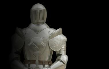 armure de chevalier sur fond noir