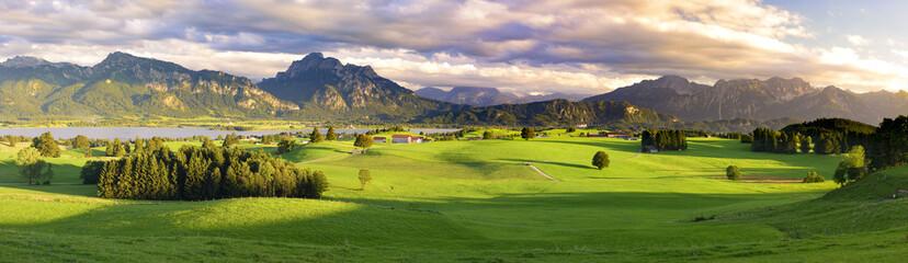 Panorama Landschaft im Allgäu bei Füssen mit den Ammergauer Bergen