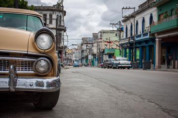 gelber beige Oldtimer auf den Straßen von Havanna Kuba